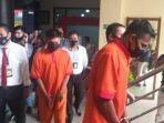edo-putra-mengenakan-baju-tahanan-dan-borgol-polisi.jpg