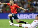 elyess-skhiri-menjegal-langkah-andre-iniesta-pada-laga-uji-coba-tunisia-vs-spanyol_20180610_065934.jpg