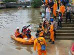 evakuasi-jasad-aldifin-syahreza-13-yang-terseret-arus-lalu-tenggelam-di-sungai-karang-mumus.jpg