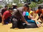 evakuasi-korban-banjir-di-rt-18-desa-batu-kajang-kecamatan-batu-sopang.jpg