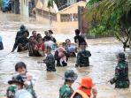 evakuasi-korban-banjir-sulsel.jpg