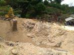 excavator-dikerahkan-untuk-menutup-lubang-bekas-galian-tambang-batubara_20180226_135557.jpg