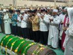 gubernur-kaltim-isran-noor-bersama-masyarakat-melakukan-salat-jenazah-imam-besar-masjid.jpg
