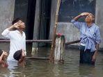 hormati-bendera-saat-banjir_20180816_224515.jpg