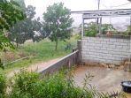 hujan-deras-ditampung-di-ember.jpg