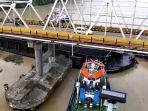 ilustrasi-kapal-tongkang-bermuatan-batubara-menabrak-jembatan-mahakam.jpg