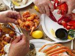 ilustrasi-makan-seafood.jpg