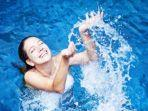 ilustrasi-perempuan-sedang-berenang.jpg