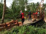 jembatan-penghubung-desa-tengin-baru_20170705_130148.jpg