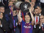 kapten-barcelona-andres-iniesta-mengangkat-trofi-juara-copa-del-rey-2018_20180422_071026.jpg