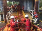 karyawan-pt-pertamina-hulu-mahakam-berlatih-cara-mengatasi-pencemaran-laut-akibat-tumpahan-minyak.jpg