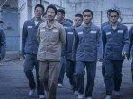 kelompok-sindikat-kriminal-dalam-film-the-prison-yang-dipimpin-oleh-jug-ik-ho.jpg