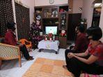 keluarga-deni-teguh-tri-kuncoro-menggelar-natal-melalui-live-streaming.jpg