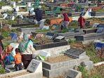 keluarga-peziarah-yang-berdatangan-di-pemakaman.jpg