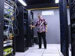 kepala-dinas-kominfo-kalimantan-timur-muhammad-faisal-saat-memperlihatkan-server.jpg