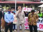 ketua-dprd-kabupaten-paser-hendra-wahyudi-temui-demonstran.jpg