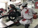 mekanik-astra-motor-balikpapan-saat-melakukan-servis-kendaraan-pelanggannya.jpg
