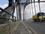 melintas-jembatan-mahakam-ulu.jpg