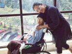 mendiang-ade-irawan-duduk-di-kursi-roda-bersama-putrinya-dewi-irawan.jpg