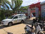 mobil-ambulans-beserta-petugas-kesehatan-berpakaian-apd-lengkap-tengah-menjemput.jpg