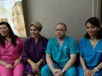 nikita-mirzani-bersama-tiga-dokter-yang-akan-melakukan-tindak-operasi-di-klinik-kecantikan-promec_20180504_063723.jpg