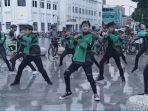 ojek-online-dance-kpop-gojek-grab.jpg