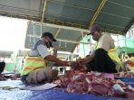panitia-pemotongan-hewan-kurban-tengah-menyiapkan-pembagian-daging-di-miftahul-huda.jpg