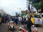 para-sopir-truk-yang-melakukan-aksi-solidaritas-mengaku-tidak-akan-bergeser.jpg