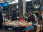 pedagang-ayam-di-pasar-segiri.jpg