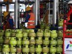 pekerja-menata-tabung-gas-untuk-pengisian-tabung-gas-lpg-berukuran-3-kg.jpg