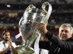 pelatih-real-madrid-carlo-ancelotti-mengangkat-trofi-liga-champions.jpg