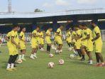 pemain-mitra-kukar-menggelar-latihan-di-stadion-rondong-demang-tenggarong-kutai-kartanegara.jpg