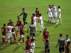 pemain-timnas-indonesia-berpelukan-dengan-pemain-timnas-afghanistan-fix-lagi.jpg