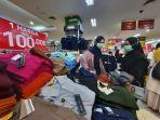 pengunjung-belanja-produk-pakaian-dengan-harga-spesial-promo-akhir-tahun.jpg