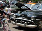 pengunjung-melihat-lihat-mobil-tua-yang-dipamerkan-dalam-bbq.jpg