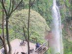 pengunjung-mengamati-keindahan-curug-cimahi.jpg