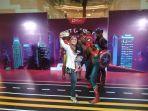 pengunjung-nampak-berselfie-bersama-dengan-para-superhero-marvel.jpg
