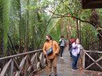 pengunjung-saat-berjalan-menyusuri-hutan-mangrove.jpg