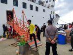 penumpang-km-prince-soya-akan-memasuki-kapal-sebelum-berangkat-ke-parepare-sulsel-tribu.jpg