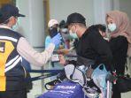 penumpang-validasi-dokumen-kesehatan-di-bandara.jpg