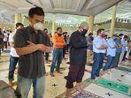 perdana-warga-kutim-lakukan-salat-jumat-jamaah-di-masjid-agung-al-faruq-sangatta-utara.jpg