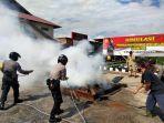 personel-polres-berau-berusaha-memadamkan-api-dalam-simulasi-penanggulangan-karhutla.jpg