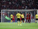 pesepak-bola-timnas-malaysia-melakukan-tendangan-ke-arah-timnas-indonesia.jpg