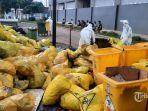 petugas-merapikan-tumpukan-kantong-sampah-plastik-kuning-yang-menumpuk-di-rumah-sakit.jpg