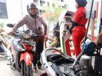 petugas-tengah-mengisi-bahan-bakar-minyak-bbm-jenis-pertamax_20181010_183547.jpg