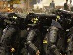 polisi-bertahan-dari-lemparan-batu-saat-kerusuhan-22-mei.jpg