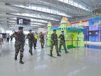 prajurit-tni-au-melakukan-patroli-di-area-keberangkatan-bandara-sams-sepinggan.jpg