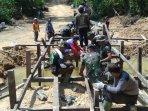 prajurit-tni-melakukan-pembangunan-jembatan-kayu.jpg