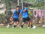 pratama-arhan-kiri-sedang-berlatih-dengan-sejumlah-pemain-timnas-indonesia.jpg