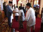 presiden-joko-widodo-berjabat-tangan-dengan-warga-saat-halalbihalal-di-istana-negara.jpg
